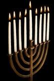 Bello menorah illuminato di hanukkah su priorità bassa nera Fotografia Stock