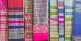 Bello modellato sull'indumento e sull'abbigliamento tailandesi nordici di stile da vendere al mercato delle pulci locale immagine stock libera da diritti