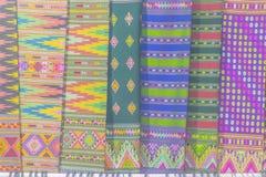 Bello modellato sull'indumento e sull'abbigliamento tailandesi nordici di stile da vendere al mercato delle pulci locale immagine stock