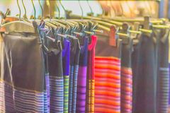 Bello modellato sull'indumento e sull'abbigliamento tailandesi nordici di stile da vendere al mercato delle pulci locale immagini stock libere da diritti