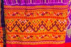 Bello modellato sull'indumento e sull'abbigliamento tailandesi nordici di stile da vendere al mercato delle pulci locale fotografia stock