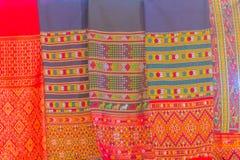Bello modellato sull'indumento e sull'abbigliamento tailandesi nordici di stile da vendere al mercato delle pulci locale immagini stock
