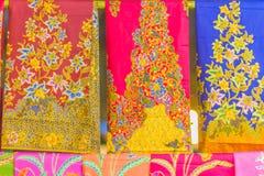 Bello modellato sull'indumento, sul batik e sull'abbigliamento tailandesi del sud di stile da vendere al mercato delle pulci loca fotografia stock