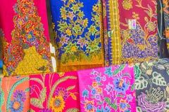 Bello modellato sull'indumento, sul batik e sull'abbigliamento tailandesi del sud di stile da vendere al mercato delle pulci loca immagini stock