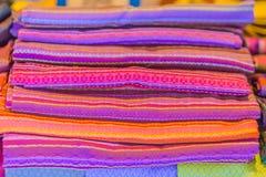 Bello modellato sull'indumento, sul batik e sull'abbigliamento tailandesi del sud di stile da vendere al mercato delle pulci loca immagine stock libera da diritti
