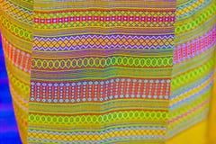Bello modellato sull'indumento, sul batik e sull'abbigliamento tailandesi del sud di stile da vendere al mercato delle pulci loca fotografie stock libere da diritti