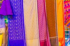 Bello modellato sull'indumento, sul batik e sull'abbigliamento tailandesi del sud di stile da vendere al mercato delle pulci loca fotografia stock libera da diritti