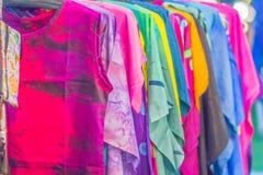 Bello modellato sull'indumento, sul batik e sull'abbigliamento tailandesi del sud di stile da vendere al mercato delle pulci loca fotografie stock