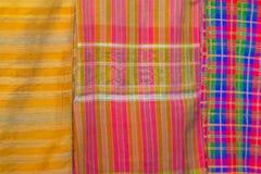 Bello modellato sull'indumento, sul batik e sull'abbigliamento tailandesi del sud di stile da vendere al mercato delle pulci loca immagine stock