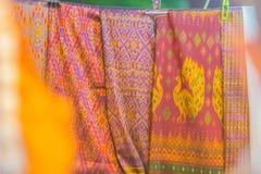 Bello modellato sull'indumento, sul batik e sull'abbigliamento tailandesi del sud di stile da vendere al mercato delle pulci loca immagini stock libere da diritti