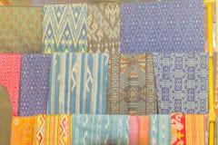 Bello modellato sull'indumento, sulla seta e sull'abbigliamento tailandesi di nordest di stile da vendere al mercato delle pulci  immagine stock