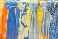 Bello modellato sull'indumento, sulla seta e sull'abbigliamento tailandesi di nordest di stile da vendere al mercato delle pulci  fotografia stock