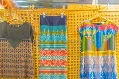 Bello modellato sull'indumento, sulla seta e sull'abbigliamento tailandesi di nordest di stile da vendere al mercato delle pulci  immagine stock libera da diritti
