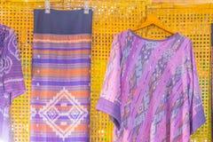 Bello modellato sull'indumento, sulla seta e sull'abbigliamento tailandesi di nordest di stile da vendere al mercato delle pulci  fotografia stock libera da diritti