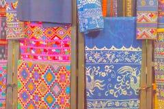 Bello modellato sull'indumento, sulla seta e sull'abbigliamento tailandesi di nordest di stile da vendere al mercato delle pulci  fotografie stock libere da diritti