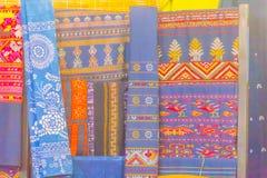 Bello modellato sull'indumento, sulla seta e sull'abbigliamento tailandesi di nordest di stile da vendere al mercato delle pulci  immagini stock libere da diritti
