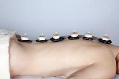 Bello modello al massaggio di benessere con la pietra calda immagini stock