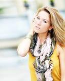 Bello modello alla moda della donna nella via Fotografie Stock Libere da Diritti