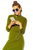 Bello modello alla moda in vestiti alla moda di estate in studio Immagini Stock Libere da Diritti