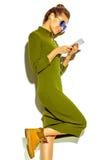 Bello modello alla moda in vestiti alla moda di estate in studio Immagini Stock