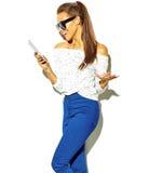 Bello modello alla moda in vestiti alla moda di estate in studio Fotografie Stock