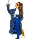 Bello modello alla moda in vestiti alla moda di estate in studio Fotografie Stock Libere da Diritti