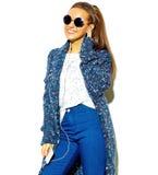 Bello modello alla moda in vestiti alla moda di estate in studio Fotografia Stock
