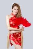 Bello modello asiatico che indossa Cheongsam tradizionale immagini stock