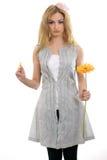 Bello modello biondo con un fiore e un petalo Immagine Stock Libera da Diritti
