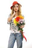 Bello modello biondo con un mazzo dei fiori Immagini Stock Libere da Diritti