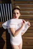 Bello modello biondo sexy elegante sbalorditivo fenomenale con il vestito erotico perfetto del corpo Fotografie Stock