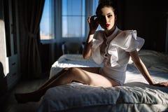Bello modello biondo sexy elegante sbalorditivo fenomenale con il vestito erotico perfetto del corpo Fotografia Stock
