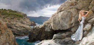 Bello, modello biondo sexy in un vestito elegante su Santorini fotografia stock libera da diritti