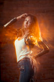 Bello modello castana che posa allo studio scuro nel te leggero misto Fotografia Stock