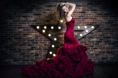 Bello modello castana della donna in vestito rosso di lusso fotografie stock libere da diritti