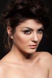 Bello modello castana splendido in foto dello studio su backg nero Fotografie Stock
