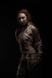 Bello modello come mummia egiziana avvolta in fasciature con i geroglifici su pelle Immagini Stock