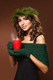Bello modello con la tazza piena di vapore Fotografia Stock Libera da Diritti