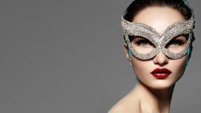 Bello modello con trucco delle labbra di modo che indossa maschera brillante luminosa Donna di stile di travestimento Sguardo di  fotografie stock libere da diritti