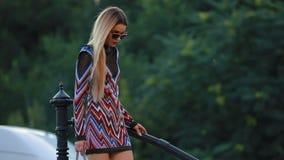 Bello modello della donna alla moda che cammina nella città archivi video