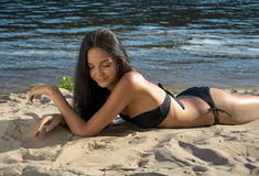 Bello modello della donna in bikini alla spiaggia Fotografie Stock Libere da Diritti