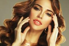 Bello modello della donna con l'acconciatura riccia che indossa gioielli eleganti fotografia stock libera da diritti