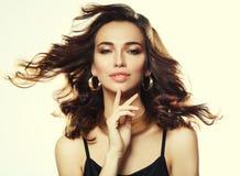 Bello modello della donna con l'acconciatura riccia che indossa gioielli eleganti immagine stock