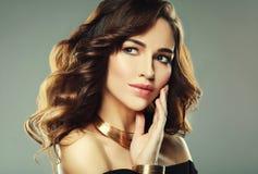 Bello modello della donna con l'acconciatura riccia che indossa gioielli eleganti immagini stock