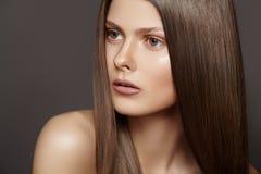 Bello modello della donna di modo con capelli diritti lunghi Fotografia Stock Libera da Diritti