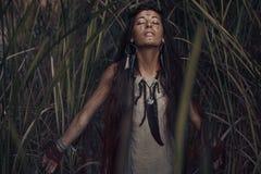 Bello modello della giovane donna con capelli molto lunghi all'aperto Fotografia Stock
