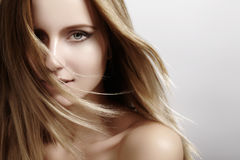 4b68e883ccec Bello modello della giovane donna con i capelli della luce di volo Pelle  pulita di bellezza