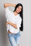 Bello modello della ragazza in jeans lacerati Fotografia Stock