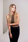 Bello modello della ragazza nella bellezza della fucilazione dello studio Trucco dell'oro, capelli lunghi, cima dorata caldo Immagine Stock