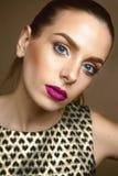 Bello modello della ragazza, pelle perfetta e labbra del vino, occhi azzurri Immagine Stock
